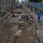 Prostor za pešce (desno) je bil z arkadami ločen od cestišča (levo). Na cesti so pustili sledi številni sodobni posegi (foto: M. Lukić).
