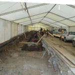 Slika 1: Na delu od Čopove ulice do podhoda Ajdovščina smo delali v 4 m širokem izkopu. Ker se je delalo pretežno pozimi, smo območje pokrili s šotorom, da nismo izgubljali časa.