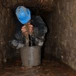 Slika 4: Čiščenje kloake je bilo težko, po izpraznitvi smo jo morali tudi osušiti, lahko si predstavljat, da voda novembra ni bila ravno prijetno topla.