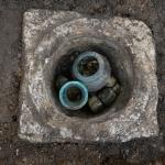Slika 15: Takole je izgledal najfamoznejši grob (zdravnice) iz Slovenske ceste, ko smo odstranili pokrov. Kirurško orodje so takrat še zakrivale steklenice, žara.