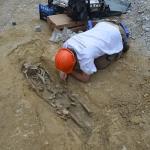 Čiščenje skeletnega groba iz obdobja pozne antike