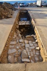 sonda pred cerkvijo (tekst: V sondi, izkopani pred cerkvijo Marije Zdravja, smo odkrili temelje starega piranskega mestnega obzidja (na južni strani) ter zidove hiš, ki so starejše kot te, ki so vidne na frančiscejskem katastru iz 19. stoletja, mogoče celo starejše od samega obzidja.)
